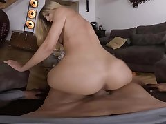 Blonde babe rides in VR and amazes adjacent to her bouncy moves